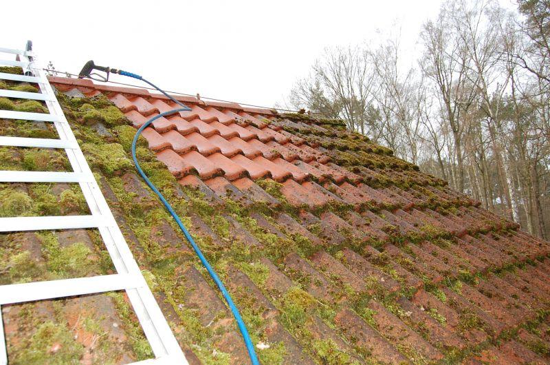 vermoostes dach reinigen dachreinigung dach reinigen und s ubern bei fehlern drohen teure sch. Black Bedroom Furniture Sets. Home Design Ideas
